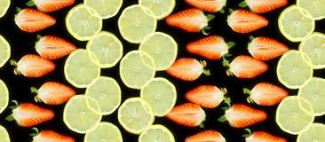 Teste padrão feito por morangos e por fatias partidas ao meio do limão Fotografia de Stock Royalty Free