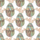 Teste padrão feliz da Páscoa com os ovos e rotulação tirados mão decorados da garatuja Vetor perfeito para envolver Imagens de Stock