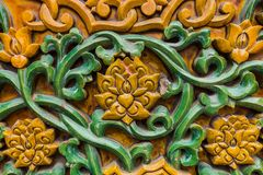 Teste padrão floral chinês do sumário na parede imagens de stock