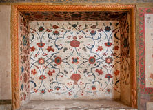 Teste padrão floral de fresco de desintegração na ameia de fresco antigos nas paredes do palácio histórico em Irã Fotos de Stock Royalty Free