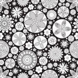 Teste padrão floral monocromático sem emenda do vetor Imitação da garatuja tirada mão da flor Imagem de Stock
