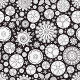 Teste padrão floral monocromático sem emenda do vetor Imitação da garatuja tirada mão da flor Fotografia de Stock