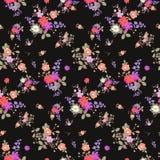 Teste padrão floral sem emenda do verão com os ramalhetes das rosas, da margarida, do cosmos e das flores de sino no fundo preto  ilustração do vetor