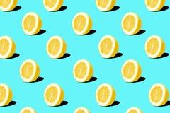 Teste padrão fresco dos limões do limão no fundo azul Conceito mínimo Conceito mínimo do verão fotografia de stock royalty free