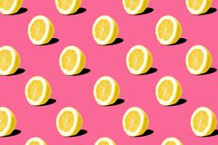 Teste padrão fresco dos limões do limão no fundo cor-de-rosa Conceito mínimo Conceito mínimo do verão imagem de stock royalty free
