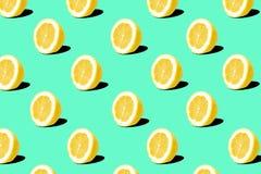 Teste padrão fresco dos limões do limão no fundo verde de turquesa Conceito mínimo Conceito mínimo do verão fotografia de stock royalty free