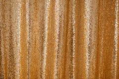 Teste padrão frisado do brilho do fundo da sequência dourada imagem de stock