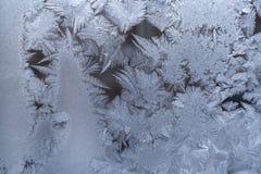 Teste padrão gelado branco excelente na placa de janela imagens de stock