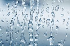 Teste padrão gelado congelado da água na superfície da janela de vidro fundo textured da vista gelo macro Conceito do tempo do in foto de stock royalty free