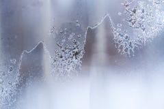 Teste padrão gelado diagonal ondulado na janela congelada do inverno fotografia de stock royalty free