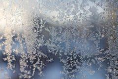 Teste padrão gelado do floco de neve do Natal no vidro de janela fotos de stock royalty free
