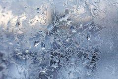 Teste padrão gelado do floco de neve do Natal no vidro de janela imagem de stock