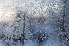 Teste padrão gelado do floco de neve do Natal no vidro de janela imagem de stock royalty free