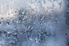Teste padrão gelado do floco de neve do Natal no vidro de janela foto de stock royalty free