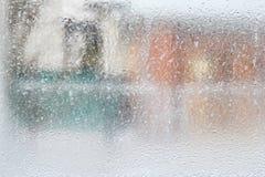 Teste padrão gelado na janela de vidro do inverno, olhar através do vidro fotografia de stock royalty free
