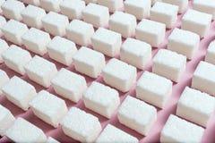 Teste padrão geométrico com açúcar refinado em um fundo cor-de-rosa Imagem de Stock
