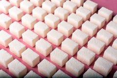 Teste padrão geométrico com açúcar refinado em um fundo cor-de-rosa Fotos de Stock