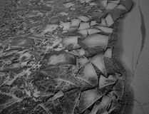 Teste padrão incomum do gelo no rio Fotos de Stock Royalty Free