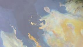 Teste padrão 4k aéreo da água e da lama coloridas, poluição da natureza pelos produtos químicos da mina de cobre vistos de um zan filme