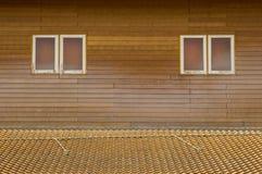 Teste padrão marrom velho do telhado de telhas da argila com as janelas pequenas em wal de madeira Fotos de Stock Royalty Free