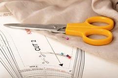 Teste padrão, material, tesouras e pinos Fotos de Stock