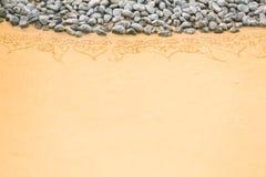 Teste padrão na areia limpa com pedras O conceito da paz e do cont Fotografia de Stock Royalty Free