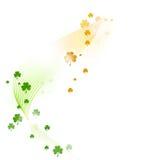 Teste padrão ondulado com os shamrocks no verde, laranja branca Imagens de Stock Royalty Free