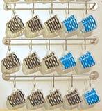 Teste padrão ondulado preto e azul em vidros bebendo Foto de Stock