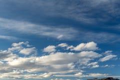 Teste padrão original da nuvem que forma sobre a paisagem de nosso mundo Fotos de Stock Royalty Free