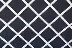 Teste padrão pintado da estrutura no branco em um fundo preto foto de stock