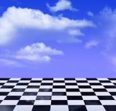 Teste padrão preto e branco e céu azul Foto de Stock Royalty Free