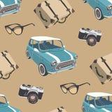 Teste padrão retro com carro pequeno, câmera, óculos de sol, mala de viagem Fotografia de Stock Royalty Free