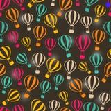 Teste padrão retro escuro sem emenda com os balões de ar quente listrados Fotografia de Stock Royalty Free