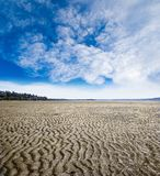 Teste padrão Rippled da praia durante a maré baixa na rocha branca, colo britânico Imagem de Stock
