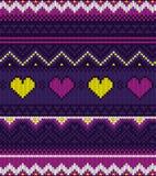 Teste padrão roxo feito malha da camiseta com corações Fotografia de Stock Royalty Free