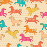 Teste padrão sem emenda com às bolinhas e os cavalos engraçados coloridos ilustração do vetor