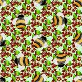 Teste padrão sem emenda com as abelhas no fundo verde Fotografia de Stock Royalty Free