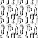 Teste padrão sem emenda com as canecas de cerveja e de garrafas de cerveja no fundo branco Imagem de Stock Royalty Free