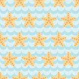 Teste padrão sem emenda com as estrelas do mar bonitos dos desenhos animados no fundo azul da onda Fotos de Stock Royalty Free