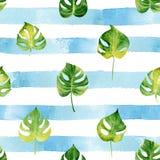 Teste padrão sem emenda com as folhas tropicais da aquarela na parte traseira listrada Fotos de Stock Royalty Free