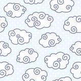 Teste padrão sem emenda com as nuvens engraçadas na luz pontilhada - fundo azul Foto de Stock Royalty Free