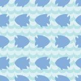 Teste padrão sem emenda com as silhuetas dos peixes no fundo azul da onda Fotos de Stock Royalty Free