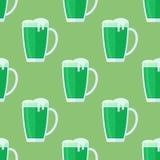 Teste padrão sem emenda com a caneca de cerveja verde Imagem de Stock Royalty Free