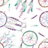 Teste padrão sem emenda com dreamcatchers e penas da aquarela no ar, mão tirada em um fundo branco Imagens de Stock Royalty Free