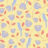 Teste padrão sem emenda com elementos tropicais do vintage, pássaros, flores, folhas em roxo e em alaranjado com um fundo amarelo Fotografia de Stock