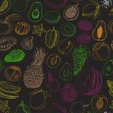 Teste padrão sem emenda com frutos coloridos no fundo preto Imagens de Stock