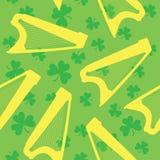 Teste padrão sem emenda com harpa e o trevo celtas no fundo verde Fotografia de Stock Royalty Free