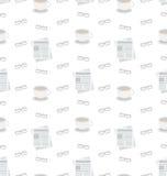 Teste padrão sem emenda com jornais, café e monóculos, ícones lisos do negócio, repetindo o papel de parede Fotografia de Stock Royalty Free