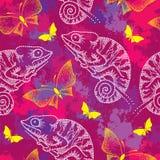Teste padrão sem emenda com o camaleão e as borboletas brancos pontilhados Imagens de Stock