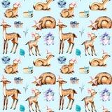 Teste padrão sem emenda com os cervos da aquarela em chapéus do Natal, os cervos do bebê e as caixas de presente Fotografia de Stock Royalty Free